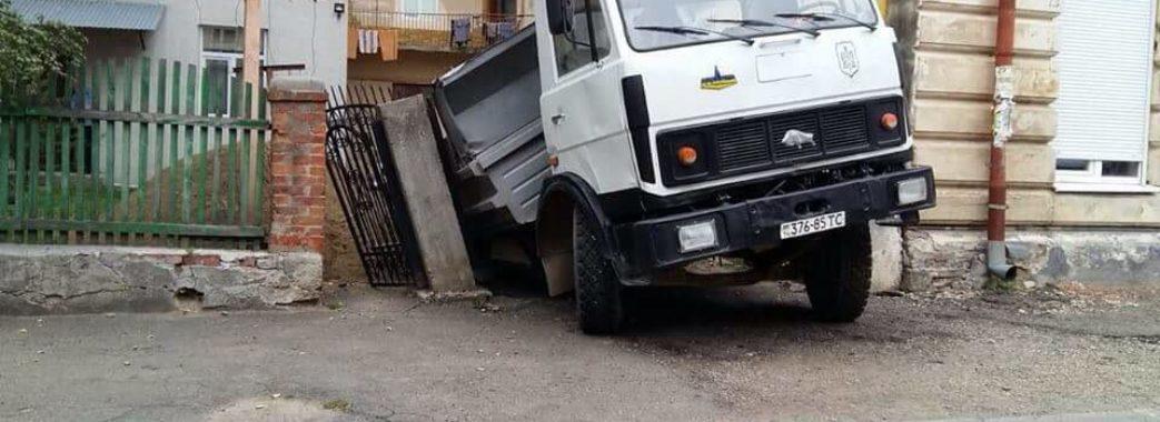 У Самборі сьогодні провалилась вантажівка