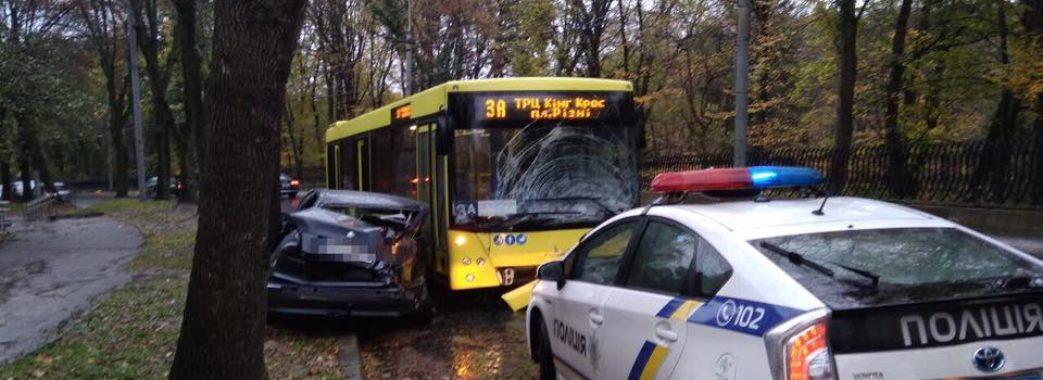 Поліція знайшла водія, який в'їхав в автобус