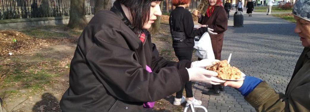 Як у Львові активісти годують бездомних людей