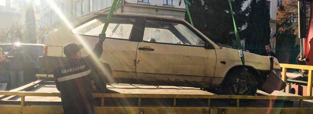 Перший покинутий автомобіль у Львові вже евакуювали
