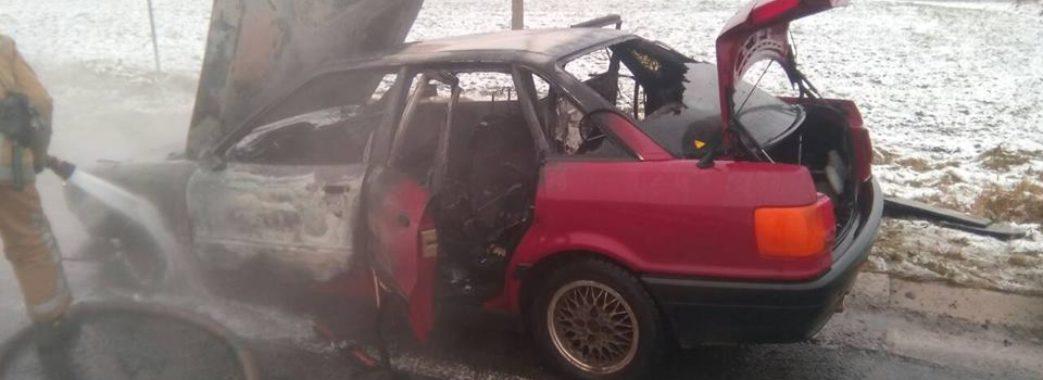 На трасі поблизу Львова повністю згорів автомобіль