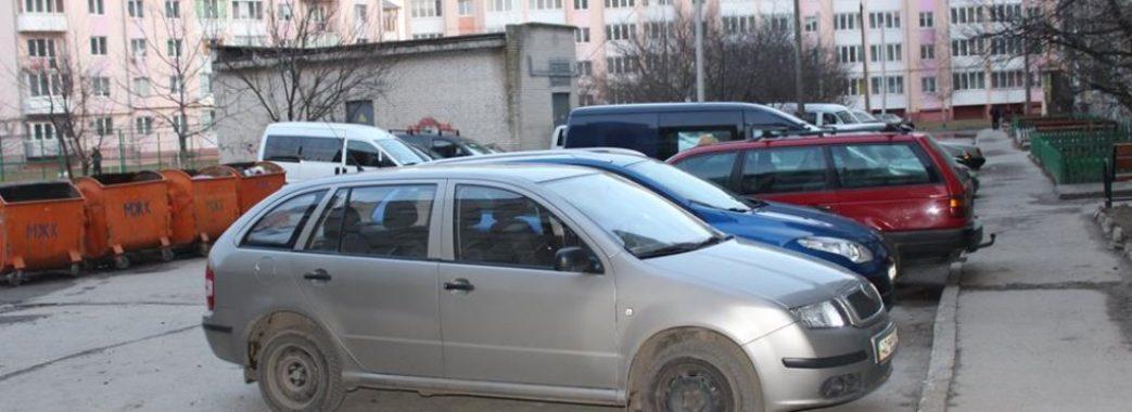 У Львові просять не паркувати авто біля смітників