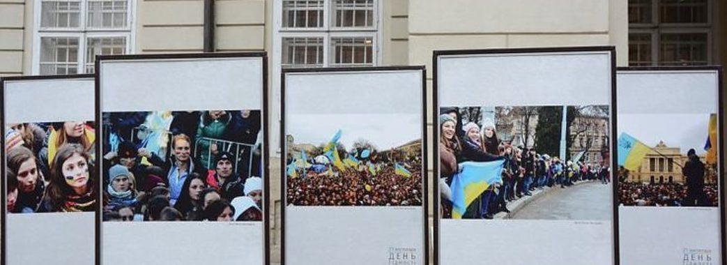 """У Львові на площі Ринок відкрили виставку """"Революція Гідності"""""""