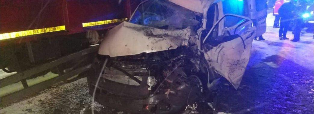 На Львівщині вантажівка зіткнулася з мікроавтобусом: троє дітей у лікарні