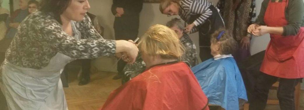 50 дідусів та бабусь вишукувалися у чергу до перукарів