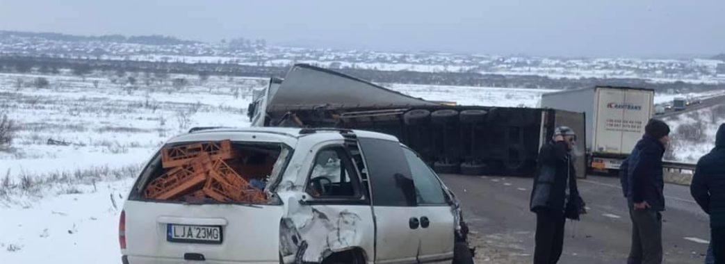 На Жовківщині перекинулася вантажівка: рух перекритий