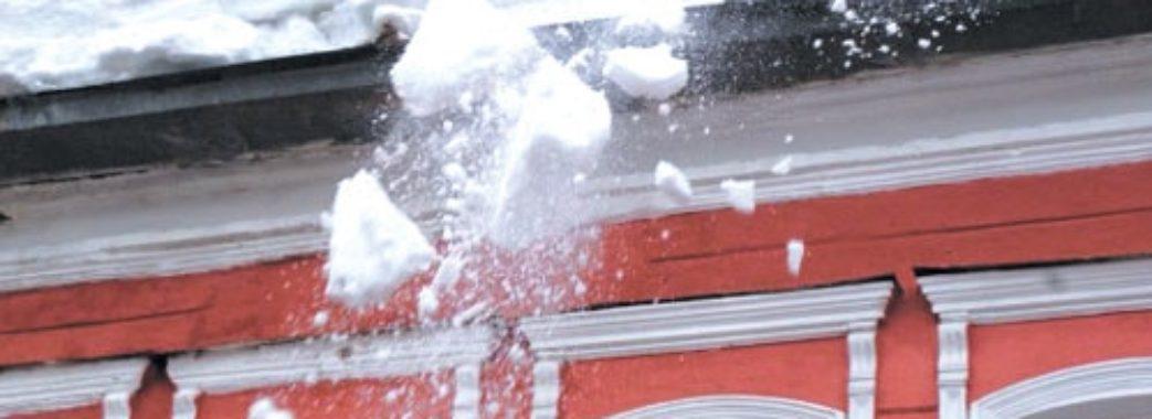 Львів`янам нагадують про сніг на дахах будівель