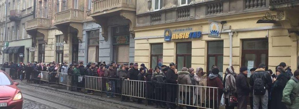 Черги, як у радянські часи: у Львові пенсіонери подають показники лічильника