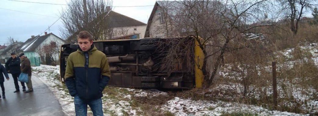 У селі Керниця перекинувся рейсовий автобус
