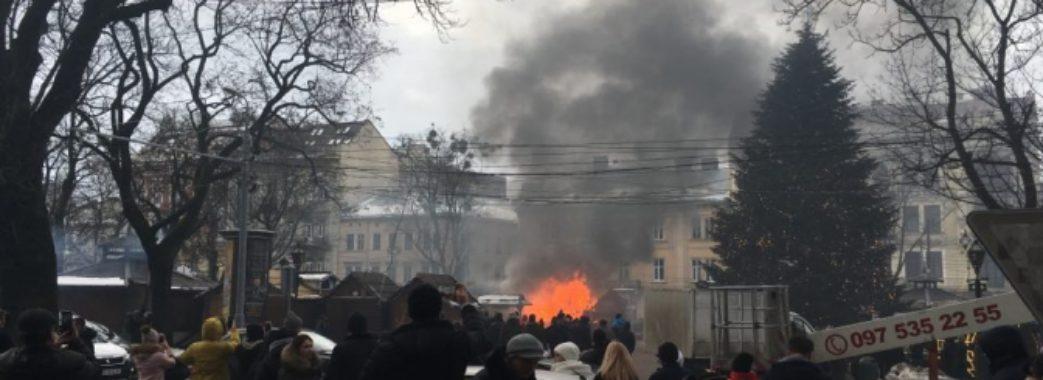 На Різдвяному ярмарку Львова сталася пожежа (фото)