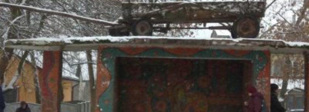 На Жовківщині досі не зняли воза з даху зупинки