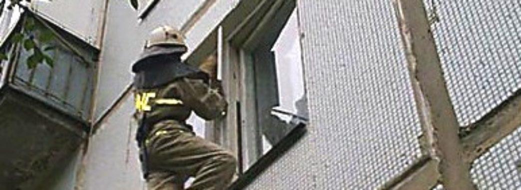1-річна дитина з Бродів та пенсіонерка зі Львова зачинилися у квартирах