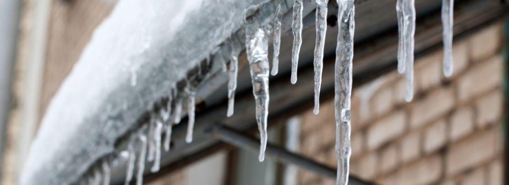 Львів'янам нагадують про сніг та бурульки на дахах будинків