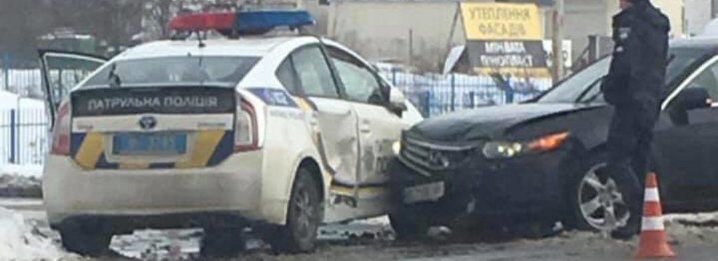 У Львові Хонда влетіла у поліцейське авто: є потерпілі