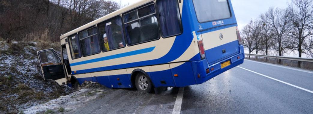 На Золочівщині маршрутка злетіла у кювет: друга аварія в одному селі