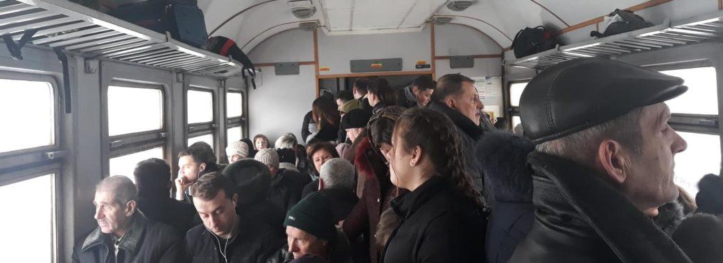 Пасажири скаржаться на тісняву в електричках