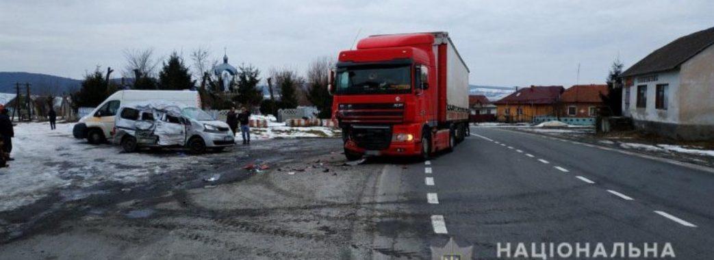 На Жидачівщині мікроавтобус влетів у вантажівку: загинула жінка