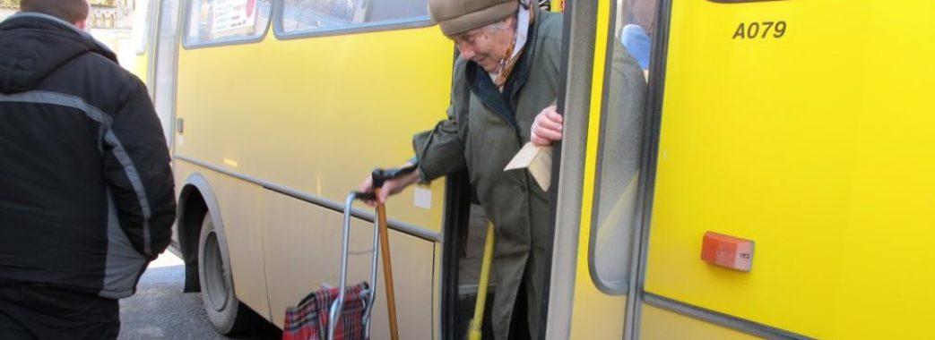 У Городку з маршрутки випала 81-річна бабуся