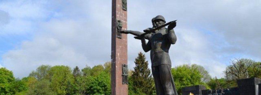 Знести стелу Монумента слави у Львові не вдалось