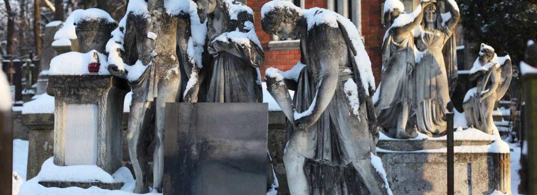 На Личаківському цвинтарі затримали жінку, що обкрадала могили