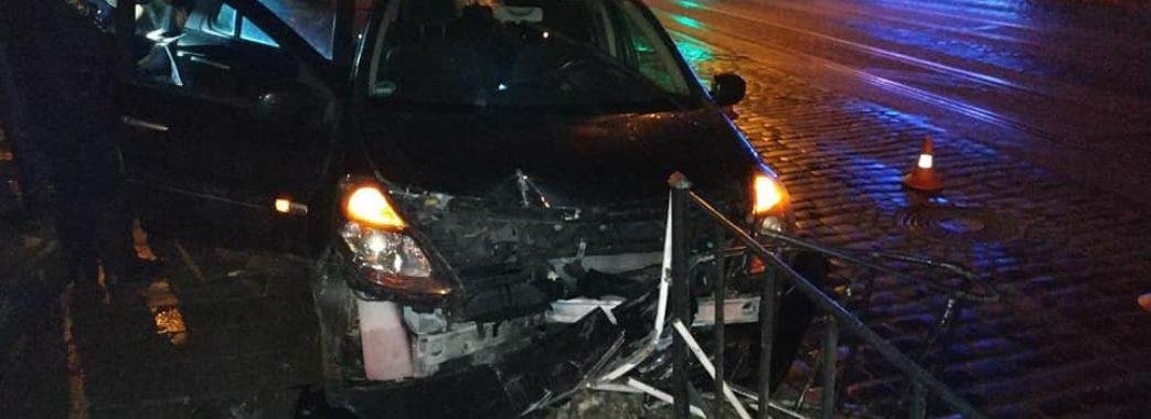 У Львові п'яний водій збив стовп і втік