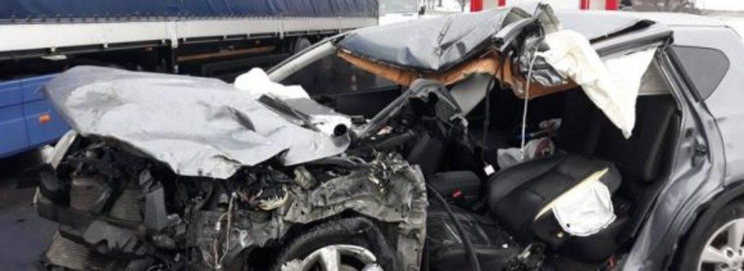 На Сколівщині автівка влетіла у вантажівку: водій легковика загинув