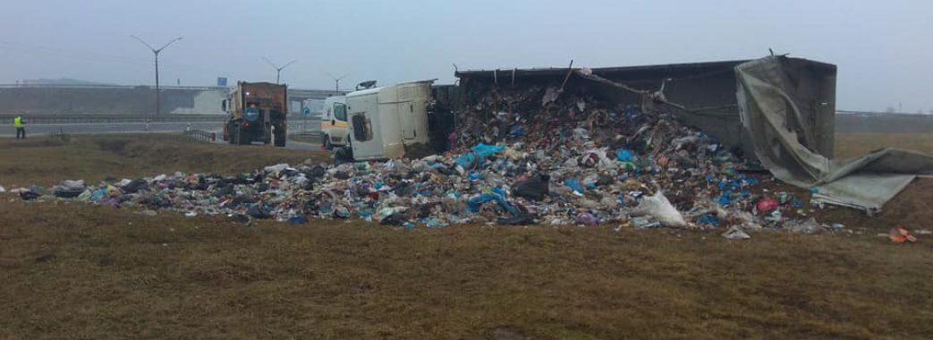 У Пустомитівському районі перекинулася вантажівка зі сміттям (фото)