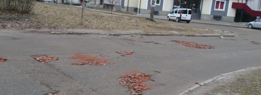 Жителі Новояворівська самотужки залатали ями цеглою