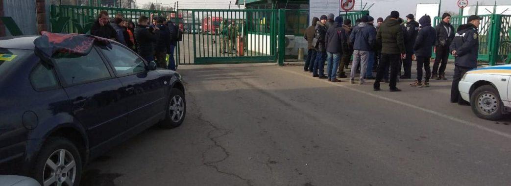 На пункті пропуску на Мостищині виник конфлікт: зібралася черга зі 150 машин