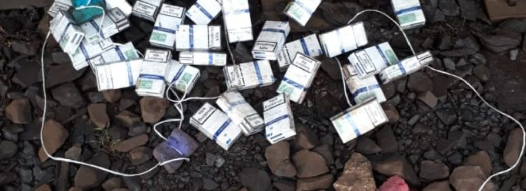 Контрабандні сигарети заховали у руду: їх знайшли на Мостищині