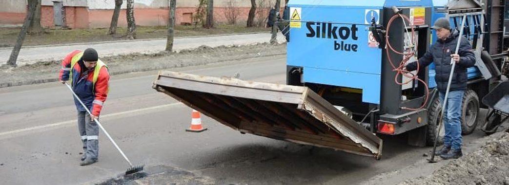 У Львові працює унікальна машина, яка асфальтує ями взимку