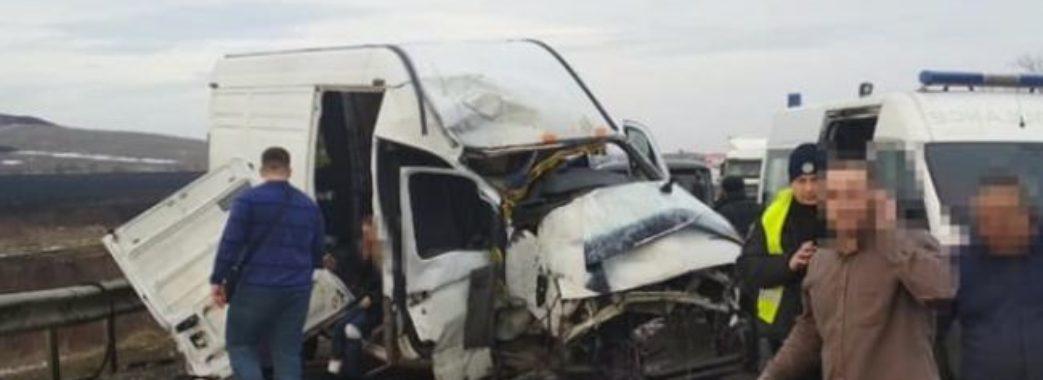 Біля Львова вантажівка злетіла з траси