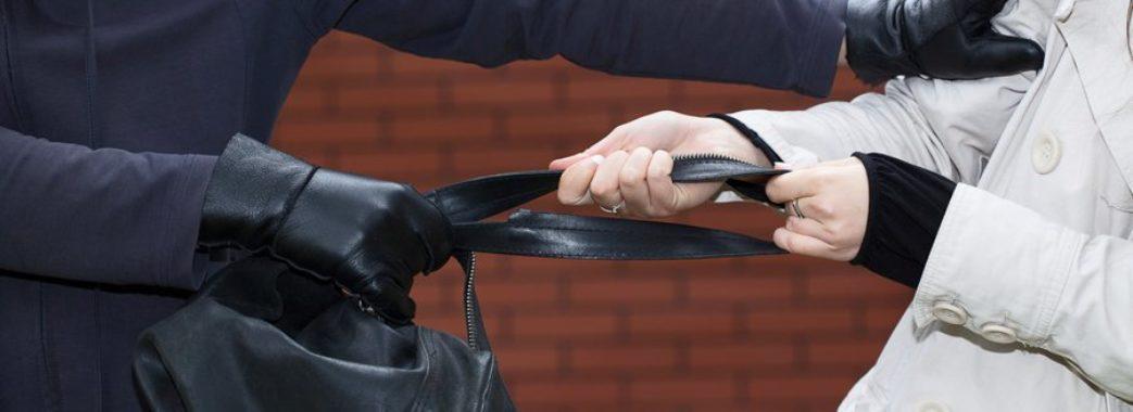 Курсант затримав злочинця, який намагався вкрасти у жінки велику суму грошей