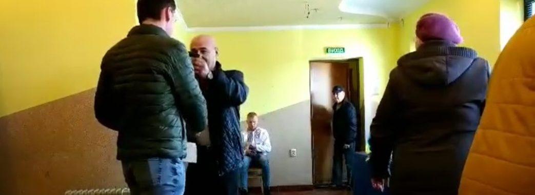 На Пустомитівщині виборців вітають оплесками і дарують їм цукерки