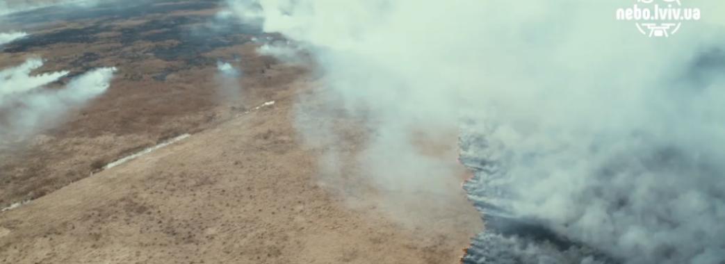 Люди палять траву. Як довкола Львова палало, можна побачити на відео з дрона