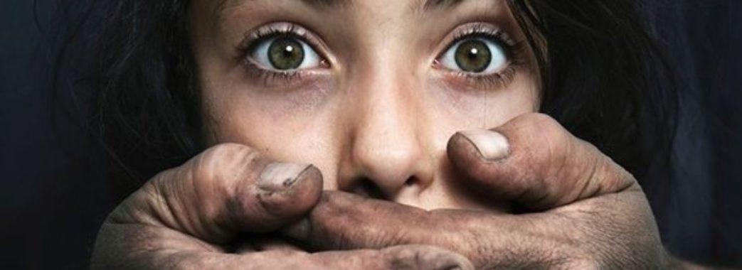 Будьте обережні: у Львові на жінок нападає маніяк у бежевому пальто