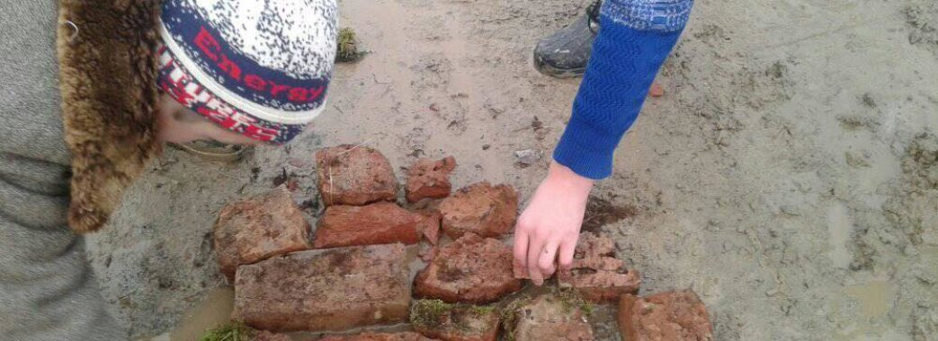 Діти ремонтують дорогу у селі на Старосамбірщині: через вибоїни до них не їздить «Школярик»