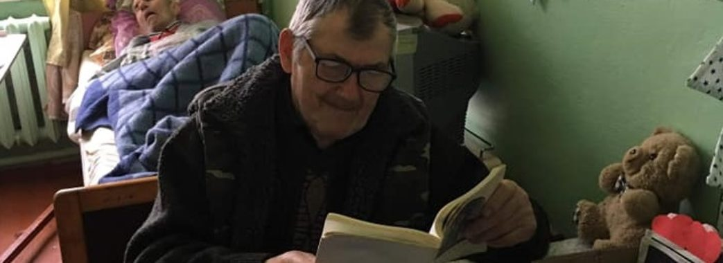 Жителі хоспісу в Угневі читають зібрані волонтерами книги