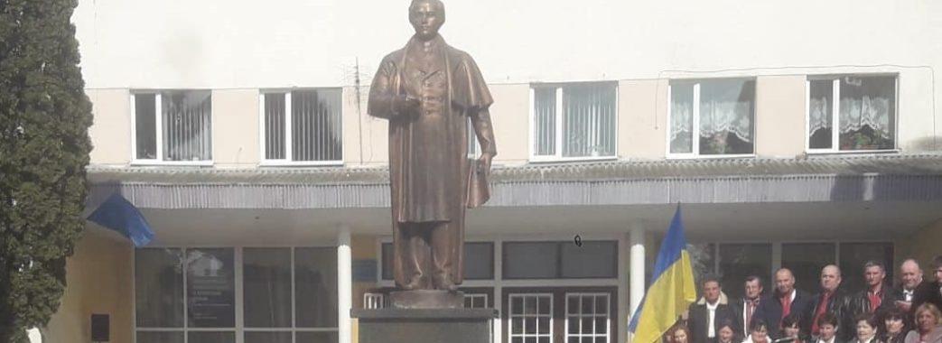 Молодь розгорнула 25-метровий вишиваний рушник: у Буську відкрили пам'ятник Кобзареві