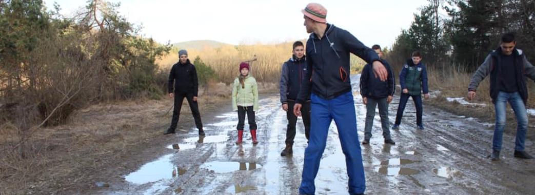 «Ями багном латає автодор»: діти зі Старосамбірщини зняли кліп про жахливі дороги (ВІДЕО)