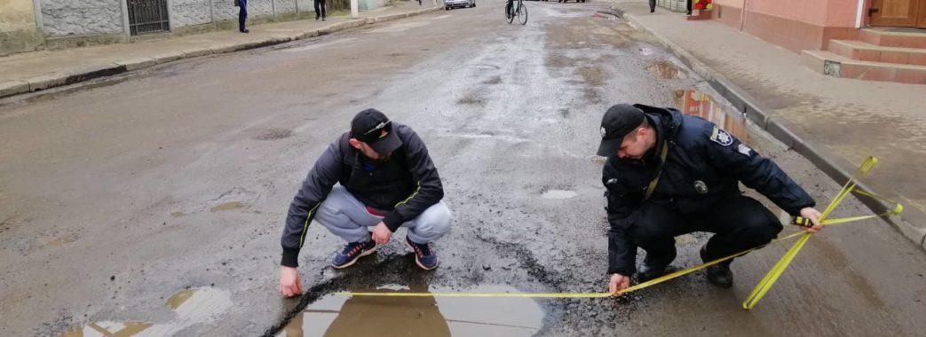Активісти Судової Вишні викликали поліцію, щоб зафіксувати ями на дорозі (відео)