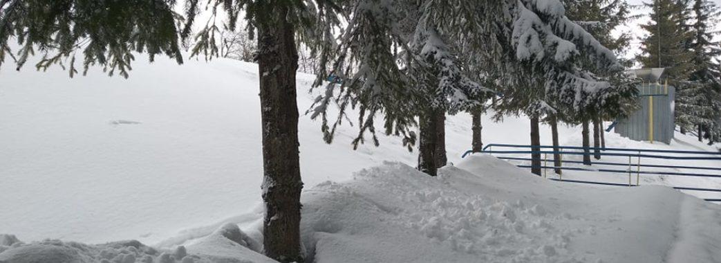 Поки в підніжжі падає дощ, гору Тисовець засипає снігом