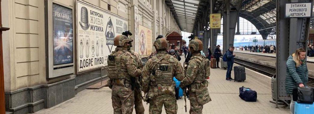 СБУ патрулює на вулицях Львова зі зброєю та бойовими машинами