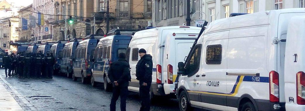 Більше півсотні автозаків охороняють площу перед Оперним: Львів чекає Порошенка