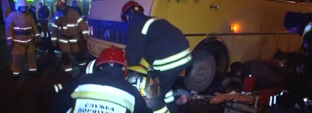 16-річну дівчину з Миколаївщини рятувальники витягали з-під коліс автобуса (ВІДЕО)