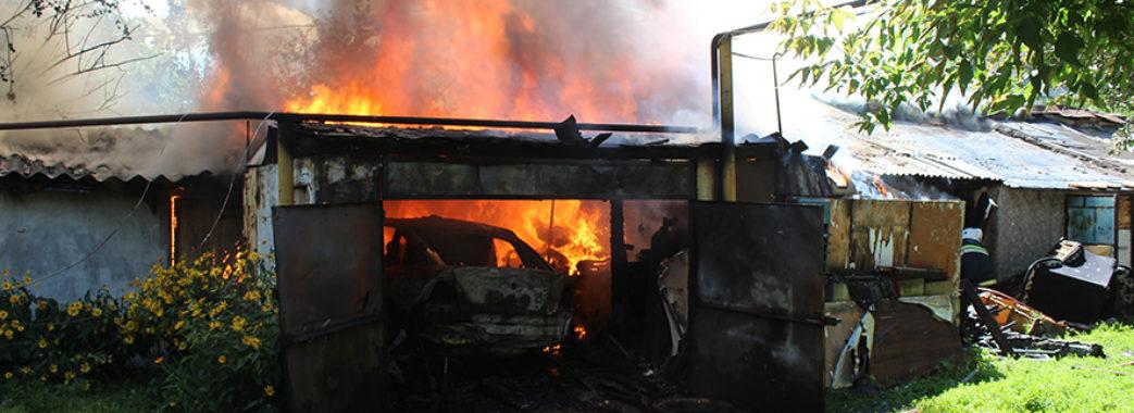 «Ти нічого не виграєш – і не надійся»: підприємцю з Пустомитівщини спалили машину та залякали дружину і дітей