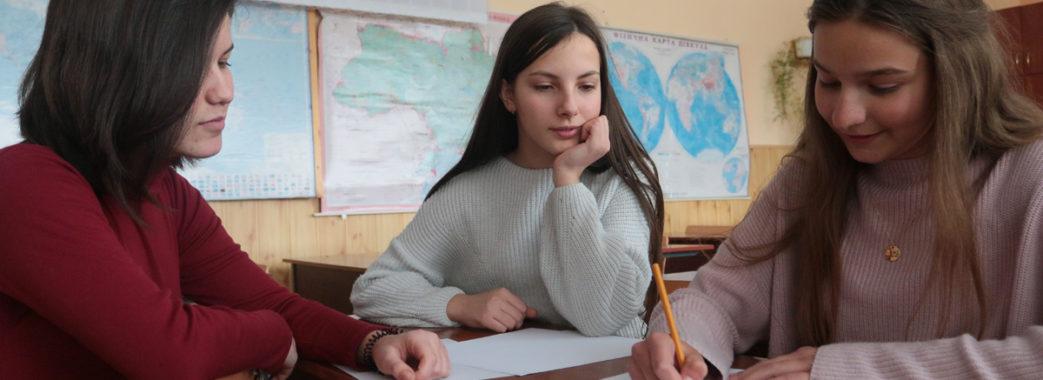 Львівським школяркам потрібні фінанси на браслет для нечуючих