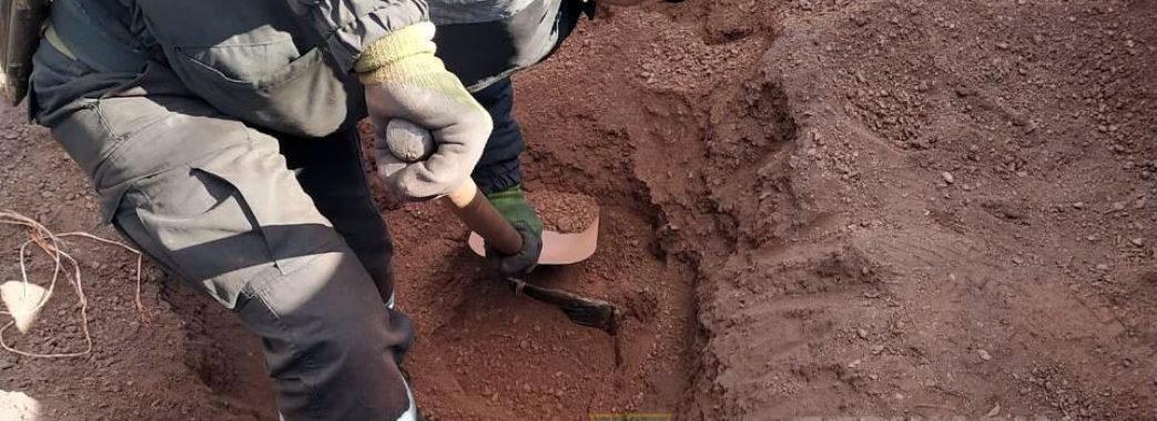 """""""Відкопали"""" контрабанду: прикордонники знайшли у потягу дві тисячі пачок сигарет під залізною рудою"""