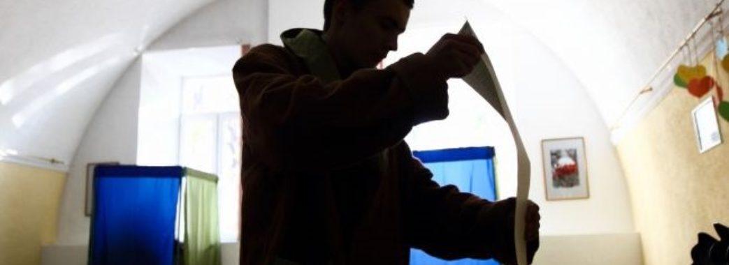 У Львові хлопець зробив селфі у виборчій кабінці