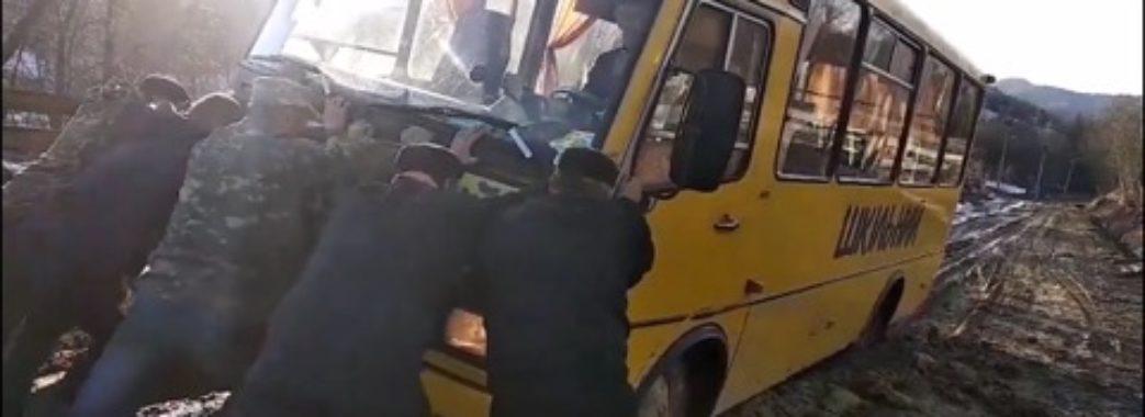 Діти на Старосамбірщині борються з поганими дорогами, оприлюднюючи проблеми в Інтернеті
